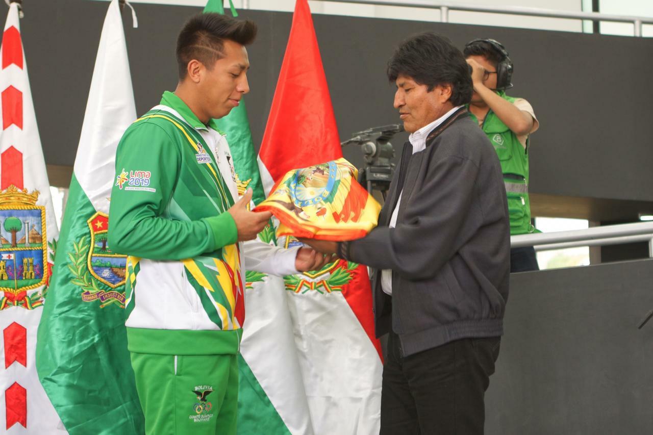 Presidente entregó bandera nacional a la delegación boliviana que participará en Panamericanos Lima 2019